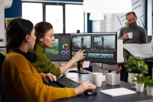 현대 스튜디오 포스트 프로덕션 소프트웨어로 작업하는 여성 편집자 팀