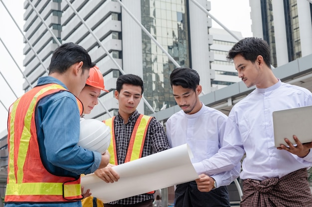 미얀마 사업가 청사진 회의를 개최하고 도시에서 건설 프로젝트에 대해 논의하는 엔지니어 팀
