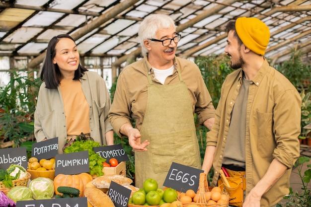 수확에 대해 논의하고 파머 스 마켓에서 판매를 위해 준비하는 농부 팀