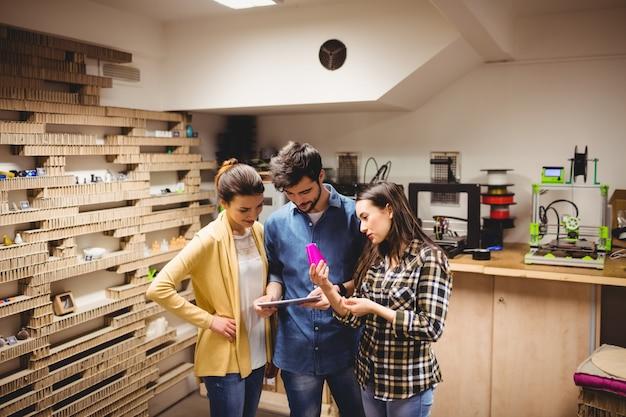 Команда графических дизайнеров, взаимодействующих с помощью цифрового планшета