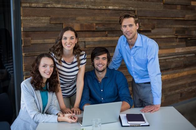 Команда графических дизайнеров, использующих ноутбук