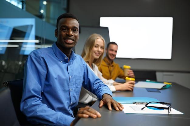 행복한 관리자 팀, 사무실에서 it 아이디어 프레젠테이션. 전문적인 팀워크 및 기획, 그룹 브레인스토밍 및 기업 업무