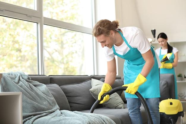 フラットを掃除する用務員のチーム