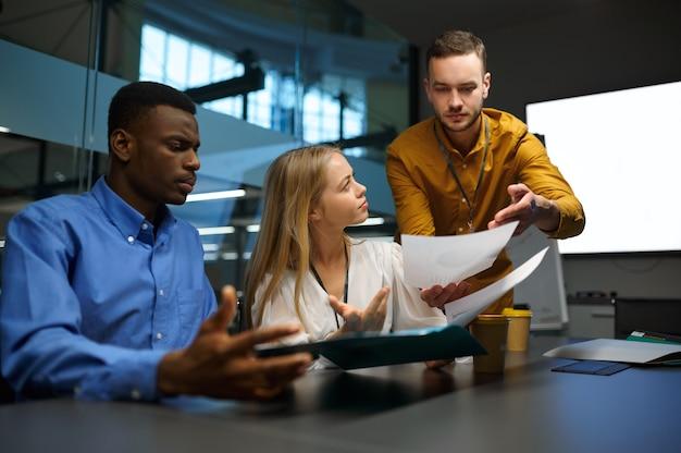 테이블에 있는 관리자 팀, 사무실에서 it 아이디어 프레젠테이션. 전문적인 팀워크 및 기획, 그룹 브레인스토밍 및 기업 업무