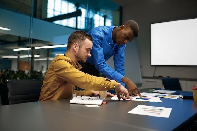 관리자 팀, it 비즈니스 사무실에서 토론. 전문적인 팀워크 및 기획, 그룹 브레인스토밍 및 기업 업무