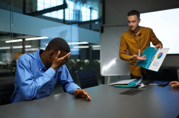 관리자 팀, it 비즈니스 사무실에서 아이디어 프레젠테이션. 전문적인 팀워크 및 기획, 그룹 브레인스토밍 및 기업 업무