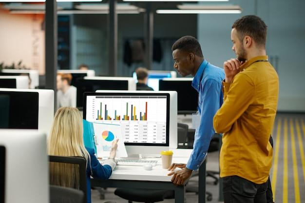 관리자 팀은 it 사무실의 차트를 봅니다.