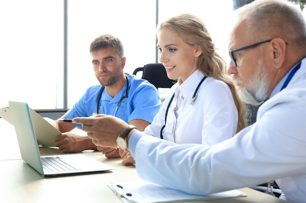 問題を議論する現代の医師のチーム。