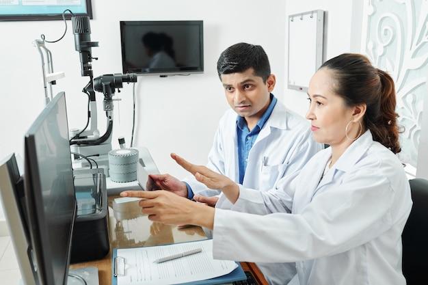 オフィスで働いている眼科医のチーム