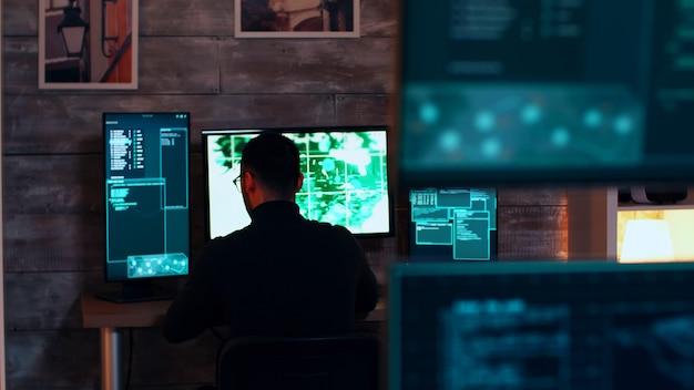 정부 주 서버를 해킹하는 조직화된 사이버 범죄자 팀.