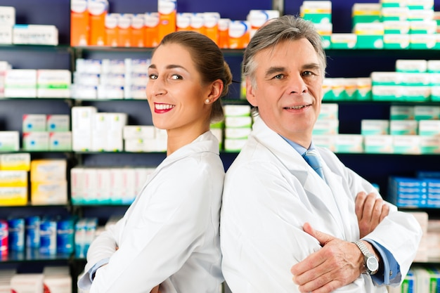 Команда фармацевтов в аптеке