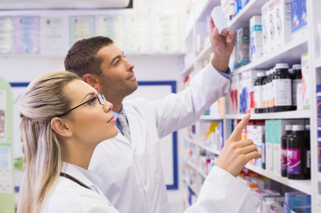 Группа фармацевтов, глядя на медицину