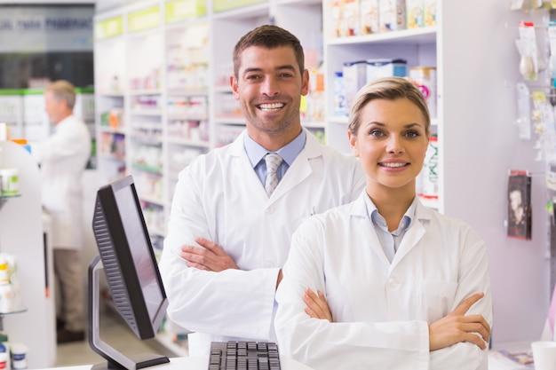 Группа фармацевтов, улыбаясь в камеру
