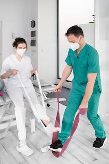 Команда физиотерапевтов выполняет упражнения для помощи пациентам