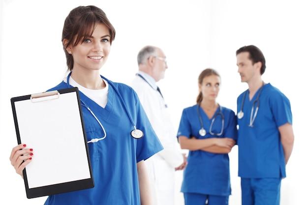 白い背景で隔離の専門医師のチーム