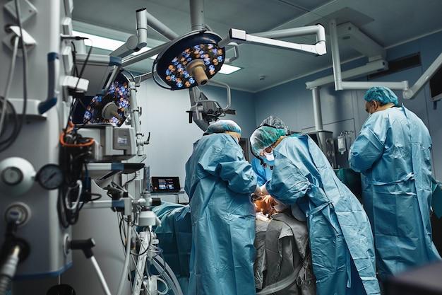 Команда профессиональных хирургов работает в операционной