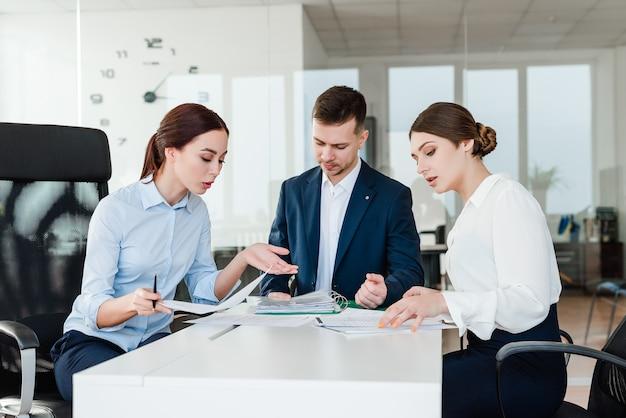 Команда профессиональных работников обсуждают бизнес-идеи в офисе
