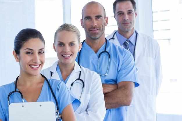 Команда улыбающихся врачей, смотрящих на камеру