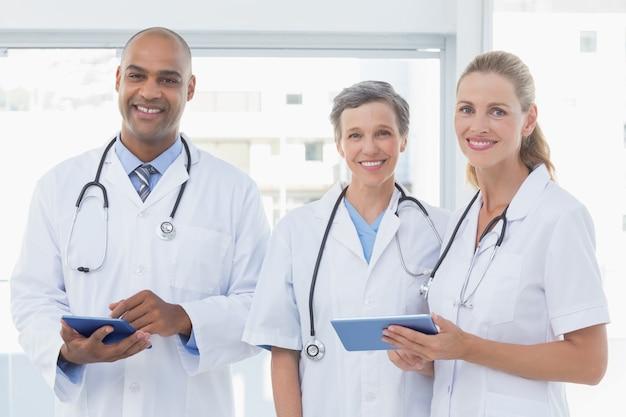 彼らのファイルを扱っている笑いの医師のチーム