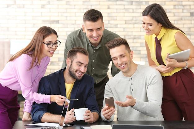 비즈니스 프로젝트 작업에 종사하는 전문가 팀