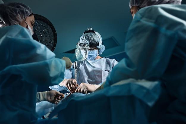 病院で手術を行う外科医のチーム