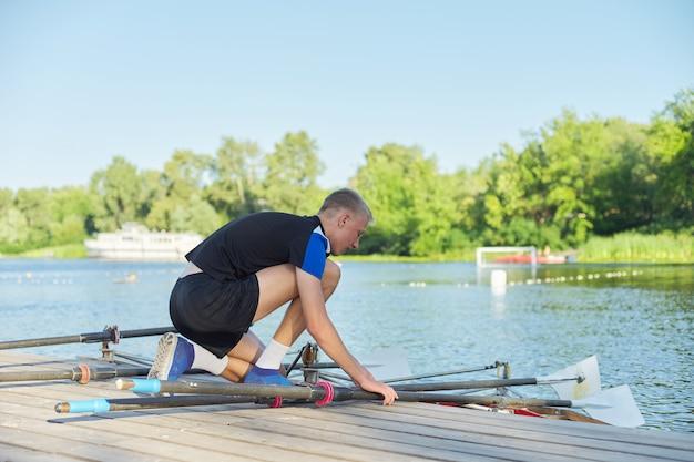 川でカヤックをしている2人の10代の少年のチーム。アクティブな若者のライフスタイル、ウォータースポーツ、カヤック、カヌー