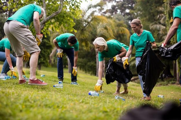 쓰레기를 줍는 자원 봉사자 팀