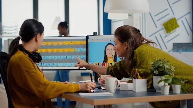 최신 사진 편집 소프트웨어 앱으로 작업하는 여성 리터쳐 팀
