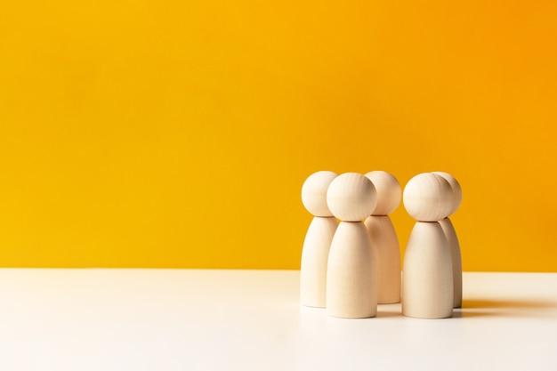 Команда деревянных фигурок людей
