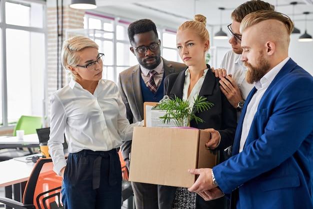 労働者のチームは、女性の同僚が仕事を辞めるのをサポートします。
