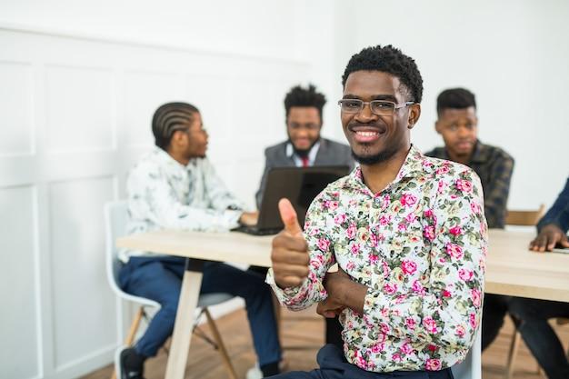 실내 젊은 아프리카 사람들의 팀