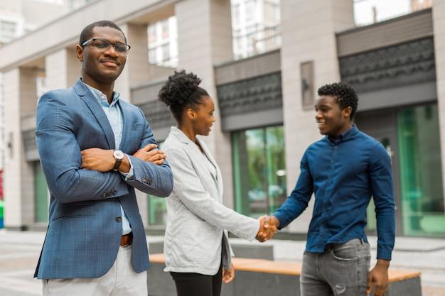若いアフリカ人男性と女性のチーム