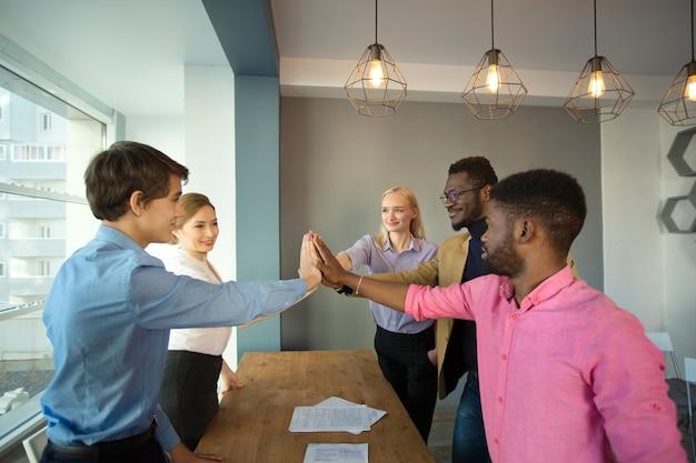 사무실에서 젊은 아름다운 사람들의 팀