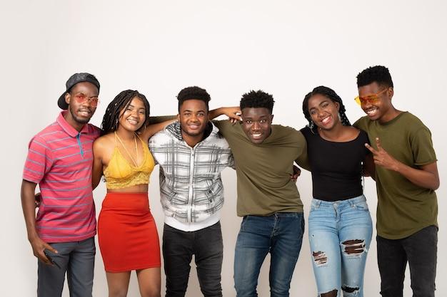 Команда молодых красивых людей на белой стене