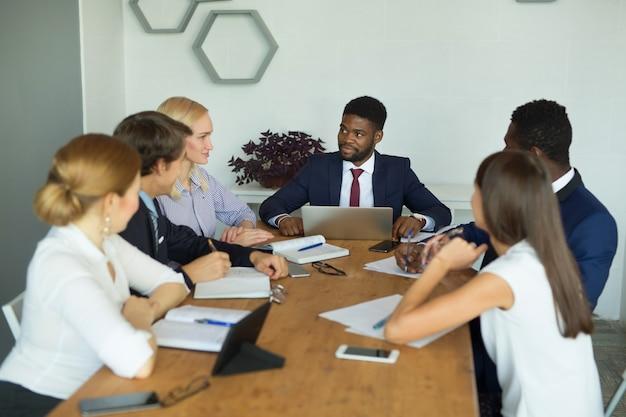 Команда молодых красивых людей, работающих в офисе