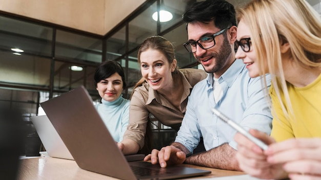 Команда молодых бизнесменов во время встречи
