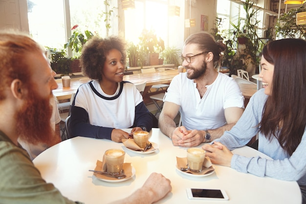 カフェで会う若い同僚のチーム
