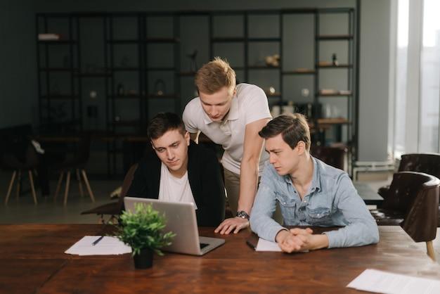 젊은 정력적인 스타트업 팀이 비즈니스 문제를 논의합니다.