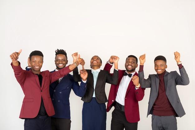 若いハンサムなアフリカの男性と女性の手ジェスチャーとスーツのチーム