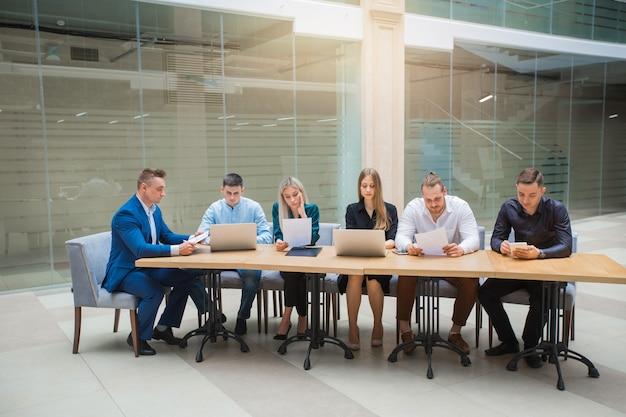 Команда молодых специалистов мужчин и женщин за работой в офисе
