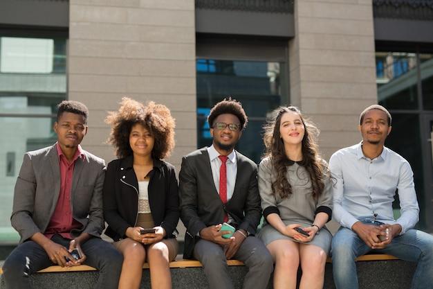 Команда молодых успешных людей в костюмах