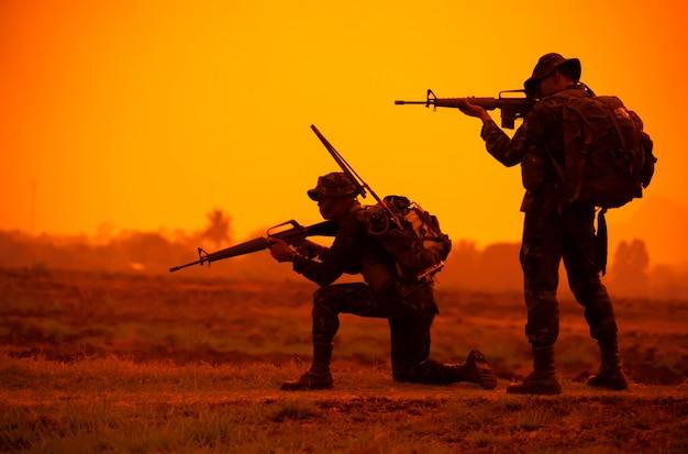 チーム特殊部隊。サイレンサー付きの兵士アサルトライフル。シルエットアクション兵士は武器を保持します。