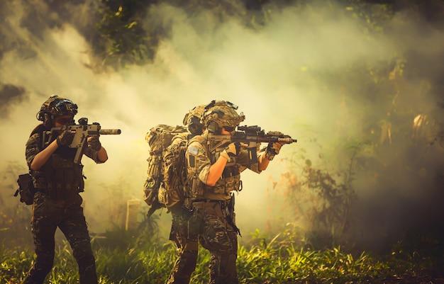 팀 특수 부대. 소음기와 군인 소총. 숲에서 저격수.