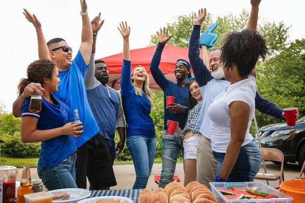 Sostenitori della squadra che festeggiano a una festa sul portellone