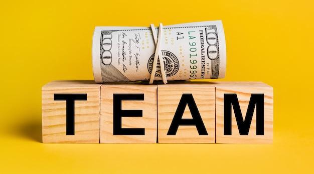 노란색 바탕에 돈으로 팀. 비즈니스, 금융, 신용, 소득, 저축, 투자, 교환, 세금의 개념