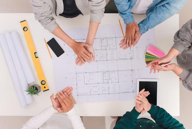 팀 작업 개념입니다. 박수를 치는 남성과 여성 건축가 동료