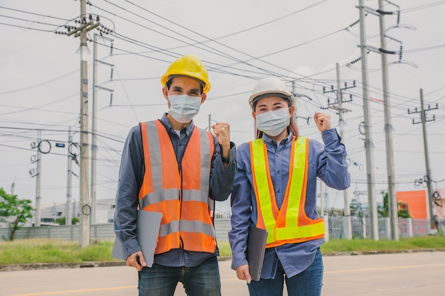 Инженер по работе в команде носит лицевую маску вне рабочего осмотра или обследования