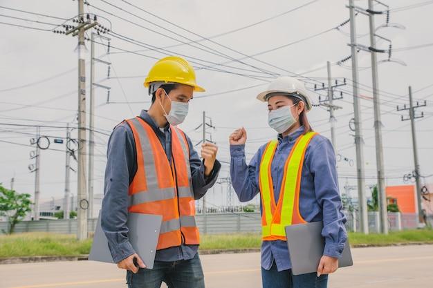 팀 작업 엔지니어는 외부 작업 검사 또는 설문 조사를 위해 안면 마스크를 착용합니다.