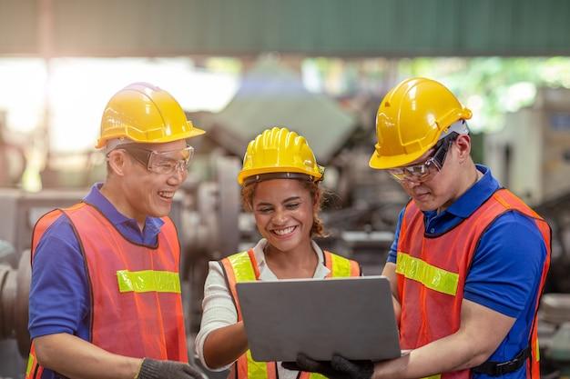 팀 작업 혼합 인종 및 성별 아프리카계 미국인 및 아시아 노동자는 산업 공장에서 함께 일하는 것을 기쁘게 생각합니다.