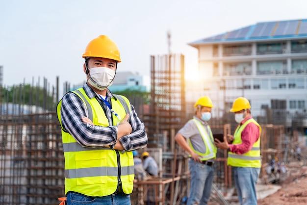建設現場での進捗状況を監督する建設エンジニアと建築家のチームワーク。